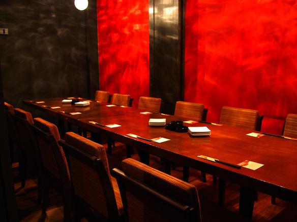 プライベートなお食事を楽しみたい日であれば、2階の(半)個室タイプの席がオススメです!ドアを閉めますと、ほぼ個室。席が広いので簾を下すことで席分けできるようになっております。主に大騒ぎの歓送迎会でご利用頂けてます♡