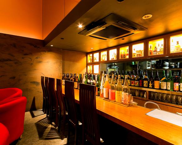 お酒好きにはたまらないカウンター席。ズラリと並んだ銘酒を眺めながら一杯いかが?