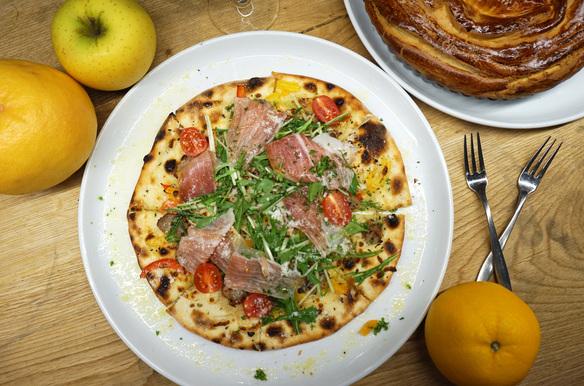 生ハムとフレッシュトマトのピザ