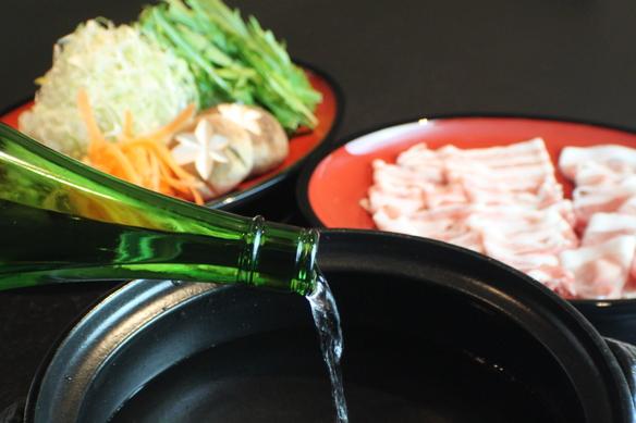 日本酒しゃぶしゃぶ 〜飲むだけでなく 美味しく食す〜 日本酒には豊富なアミノ酸を始め、700種類の栄養素が含まれています。アルコールをしっかり飛ばすことで、アミノ酸や栄養素をたっぷり取り入れる事が出来ます。 食材の持つ旨味を引出し、お肉はやわらかく野菜は甘みが増します。 美肌効果、冷え症にアンチエイジングなどの美容効果も 飲めなくても美味しく食べる日本酒しゃぶしゃぶをお召し上がりください。