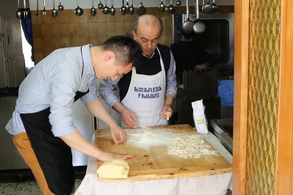 ◆ウンブリア州オルヴィエート地方の伝統的な名物田舎料理で、一本一本手で伸ばしていく手延べうどん様なロングパスタです。家族で営んでいるオルヴィエートのRistorante Da Gregorioファミリー直伝手打ちパスタです。