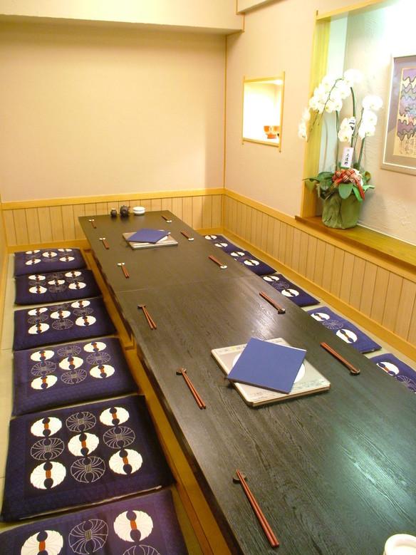 6名様用の掘りごたつ席、最大で14名様までのご宴会なら個室でのご利用も可能です。