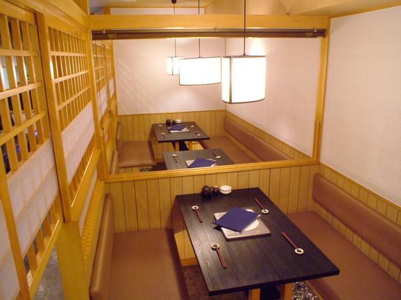 8名様用で個室風にご利用できるテーブル席が2室、仕切りをあけると最大で16名様まで対応が可能です。