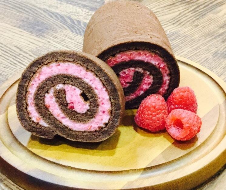 しっとりチョコレートスポンジに甘酸っぱいラズベリーのマシュマロをロール♡