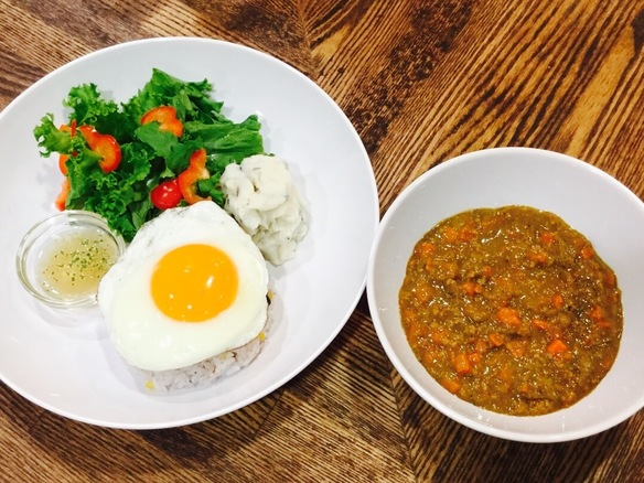 野菜とひき肉の旨味がギュッとスパイシーなカレーに^ ^半熟の目玉焼きと相性抜群!!
