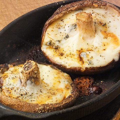 食欲の秋 新メニューより「肉厚しいたけのゴルゴンゾーラ焼き」隠し味に醤油を少し。香ばしさがたまりません♪