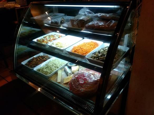 手作り総菜やチーズやパテ。 お好みのものをどうぞ!
