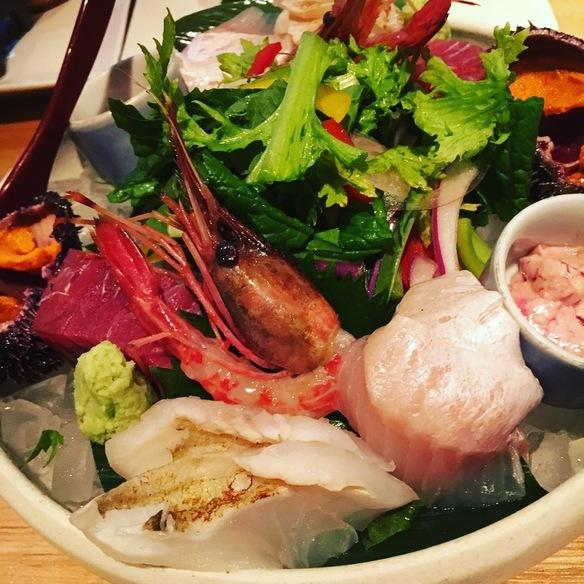 函館直送!小西鮮魚店の新鮮鮮魚 新鮮なお魚は、函館の小西鮮魚店から毎日直送して仕入れております。 その日の一番おいしい脂ののった新鮮でぷりぷりなお刺身をどうぞ。