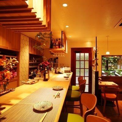 調理風景が見えるカウンター席は、シェフの調理風景が見えるお席となっております。おひとり様からお気軽にご利用下さいませ。