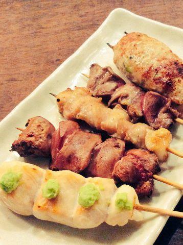 ご注文いただいてから焼くため、出来立ては熱々ジューシー!落ち着いた店内で心ゆくまでお召し上がりください。お気に入りの部位を見つけてみてくださいね♪文鳥で扱う鶏肉は地鶏!毎日仕入れているので新鮮そのもの。じっくり焼き上げた焼き鳥はもちろん親子丼やそぼろ丼もおすすめです。ランチやディナーにご利用ください。
