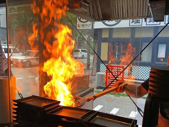 火柱を上げて豪快に焼き上げます!