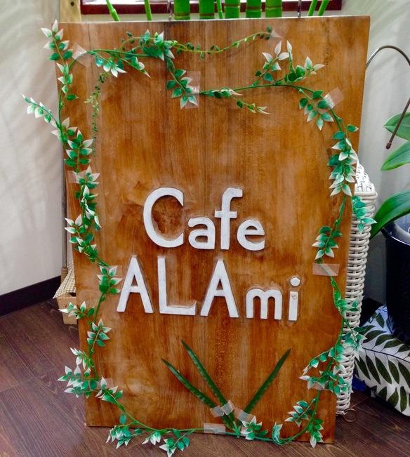 木の看板が目印です。インドネシアで製作した手作り看板!