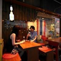 青山の路地裏。寛いだ空気の中でタイ料理を堪能してもらえるように、イサーン出身のシェフが腕をふるった料理を提供しております。この季節は気持ちの良いテラス席が人気です。