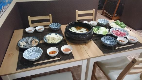 タイスキ鍋-日本のすき焼きをイメージして創られたタイ風しゃぶしゃぶです。魚介類、お肉、野菜がたっぷりです。つけダレはあっさりダレとこってりダレの2種類ご用意いたしました。パクチー、ナンプラー(魚醤)などが効いたエスニック鍋です。※2名様以上のご予約で承ります。