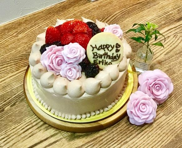 シュガーペーストの薔薇がのったチョコレートケーキ♡少しでも美味しいように苺のパウダーを使ってみました♪(๑ᴖ◡ᴖ๑)♪