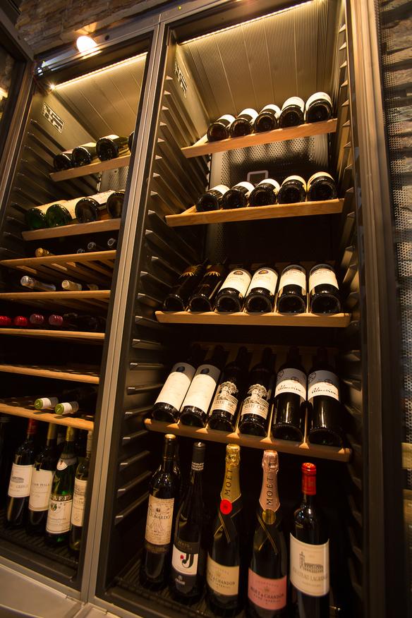 エントランスにあるワインセラーには40種類以上のワインをそろえております。