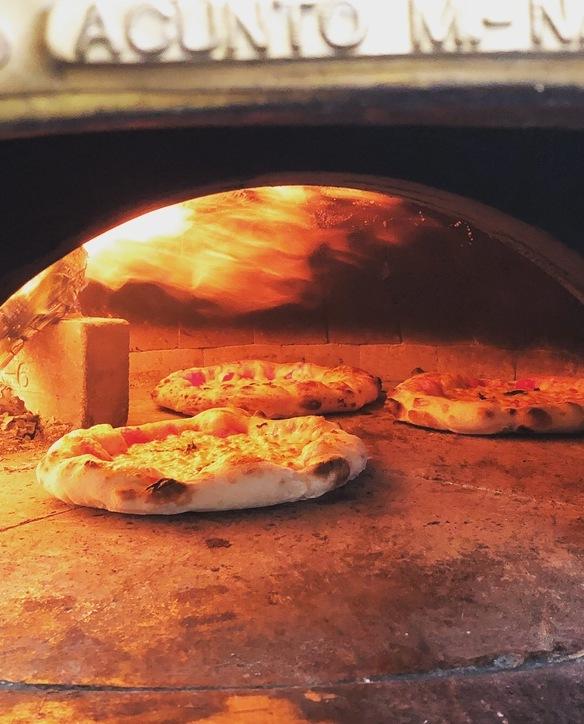ナポリから運んできた薪窯で、もっちり香ばしく焼いた生地が存分にお楽しみいただける「マルゲリータ・マグナム」¥1.480新登場!チーズ2倍!全てが2倍の迫力。チーズが洪水のように溢れ出します!当店の生地のファンになってくださったお客様のリクエストで生まれたメニュー。お口がチーズともっちり生地でいっぱいになります。