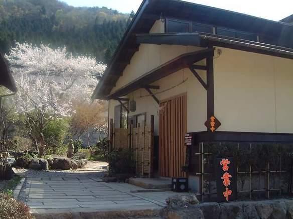 玄関先と庭の一部です。手前は白梅、奥が山桜。その後ろに白壁のお蔵があり、上部には鈴立山の深緑と続き綺麗です。4月半ばから1ヶ月間程が一番の見頃です。