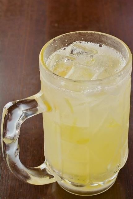 自家製テツマル生レモンサワー  新鮮なレモンの果皮を漬け込み、1週間寝かせました! 串カツや揚げ物と相性バツグンの生レモンサワーを是非、御賞味下さい。