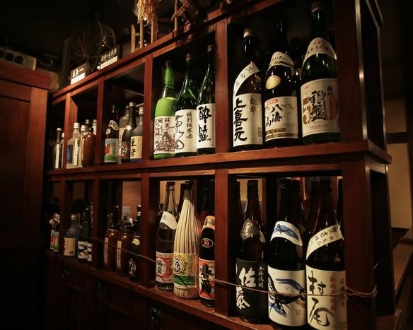 《厳選のお酒》 日本酒や焼酎など、全国各地の銘酒をご用意。月替りのおすすめもお愉しみください。