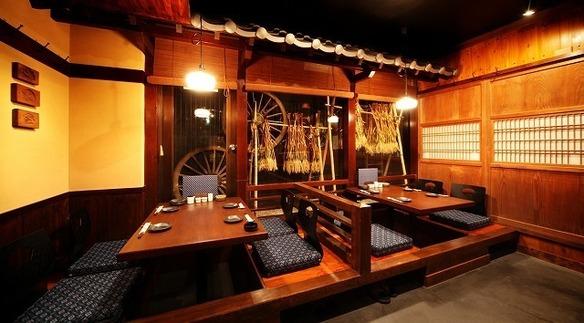 《田舎座敷》 2名様~4名様までの窓から眺められる昭和伝統の景色。極上の席で最高のひと時をお過ごし下さい。