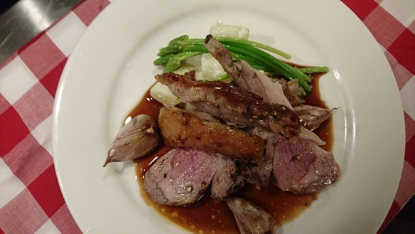 仔羊背肉のオーブン焼き アスパラソバージュ添え