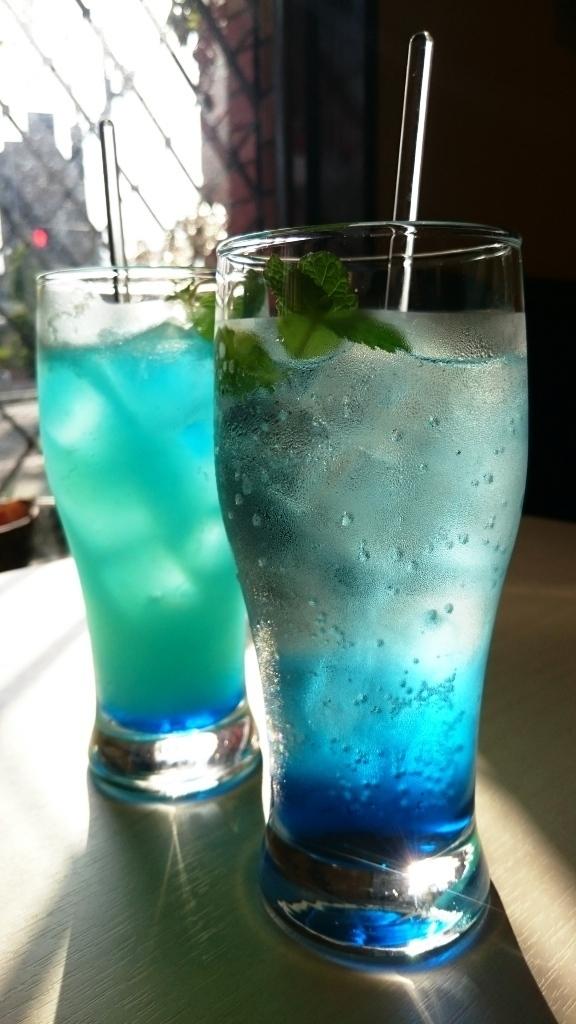 夏のおすすめカクテル! グレープフルーツジュースでさっぱり味の「ラニカイビーチ」、トニックウォーターとシロップで甘めの「ブルーブリーズ」 どちらもブルーキュラソーの青が鮮やかです。