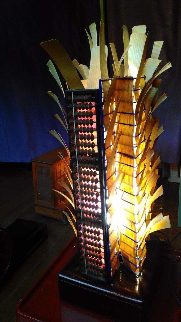 マスターが手作りする創作照明の数々。夜にいらっしゃると灯りが灯ります。
