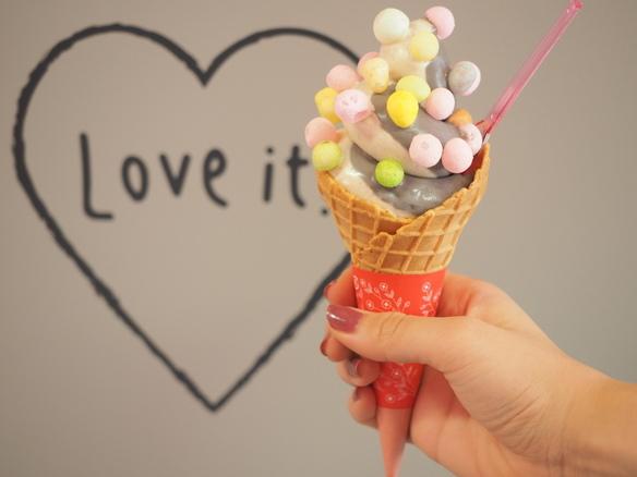 店内にはソフトクリームと思わず一緒に撮影したくなるフォトスポットが盛りだくさん!店内でお気に入りの撮影場所を見つけてみてくださいね