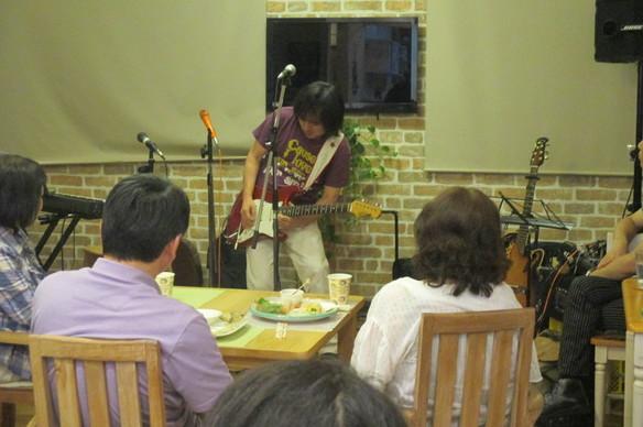 8/13(日)ライブ 本間敏之&Rin&MORIが開催されました。本間さんのギター、Rinさんの歌声、MORIさんのギターと歌に皆さん聞き入っていました!!