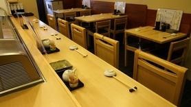 カウンター席、テーブル席がありテーブル席はベンチシート席もございます!お子様連れの方大歓迎、ベンチシート席をオススメしております!