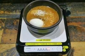 つけめんのスープを手元のIHで加熱してアツアツに