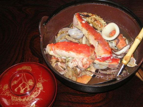 鍋付きのコースは3000円からご予約承ります。前日までに要予約。二名様からOK。写真の鍋はバリ風海鮮XO醤鍋。