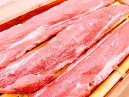 霧島高原産の最高級の黒豚です。日本の名水、霧島地下水とサツマイモを食べて育った霧島高原豚は、脂身はさっぱりとした甘みと、コクのある赤身が絶妙です。 鹿児島の名店、川久さんと同じお肉を提供させていただいております。