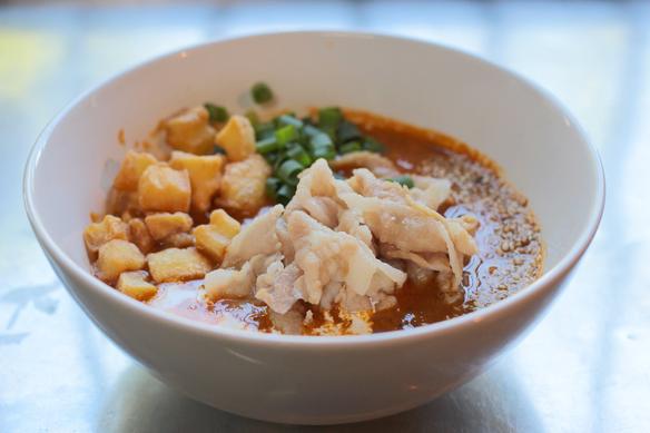 カレー肉汁のつけ汁です。インデラカレー粉のみを使ったカレーはスパイシーかつフルーティです。中央の豚バラ肉はたっぷりの100g、左側のサイコロ状のものはカリカリに揚げたポテトです。