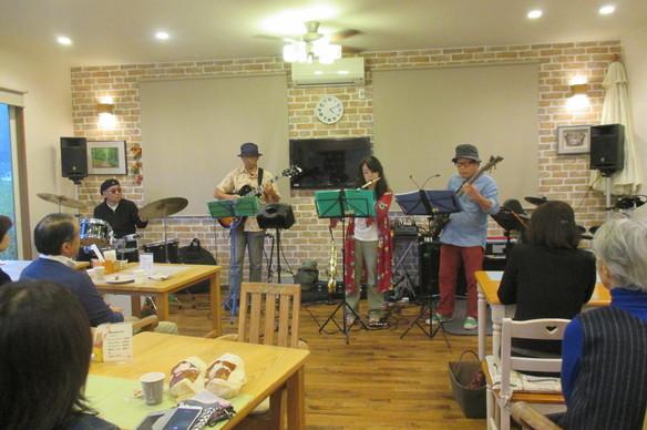 10/28(土)♪ディミニッシュ♪による ジャズコンサートが行われました。大勢の皆様にきて頂きました。ドラムも加わり4人の素晴らしいジャズ演奏に魅了されました。