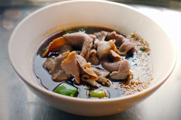 ジビエ鹿肉汁のつけ汁です。今、ジビエ肉の国内流通革命を目指す、猟師工房のジビエ専用食肉工場にて、徹底した品質管理のもと生産されるジビエ肉は、臭みが無く旨みも強く、そして安全安心です。うどきちではこのジビエ肉の美味しさを最大限に引き出せるよう、仕入れの都度に変わるジビエ肉ならではの個体差を埋めるべく下処理を実施してご提供させて頂いております。