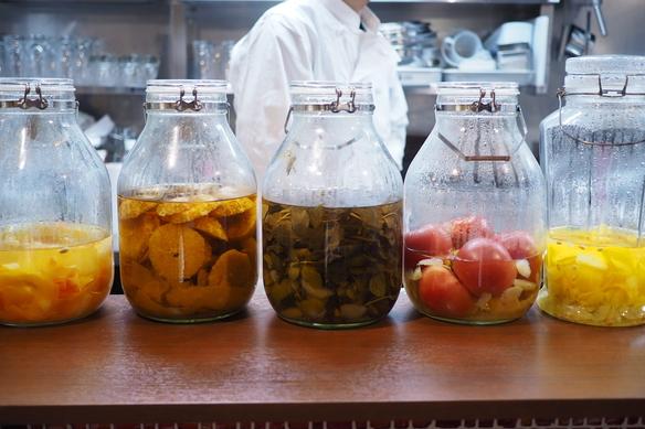 金宮焼酎に季節のフルーツや香草などを漬け込みました。ソーダで割って漬け込みサワーでお楽しみください!!