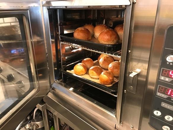 業務用コンベクションオーブンを使い、自家製ハンバーガーのバンズを焼いています