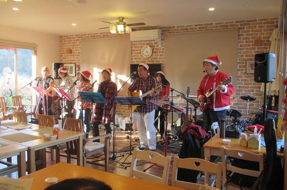 12/3(日)北坂戸フォークソングクラブによるおごせ音楽会が開かれました。リクエストあり、飛び入り参加ありの楽しい会でした。みんなで歌って楽しいイベントでした。ありがとうございました!