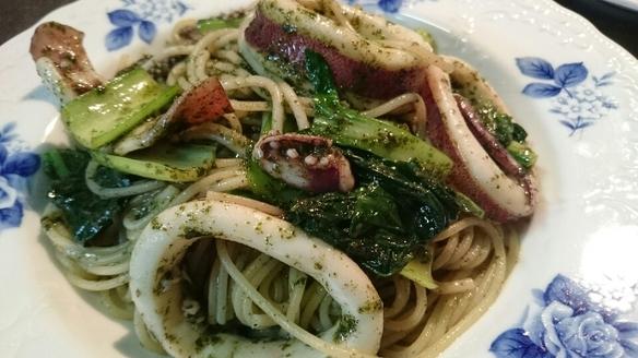 ある日のランチパスタ するめいかと青味野菜のジェノヴェーゼ 前菜のプレートと食後のカフェ付で950円です!