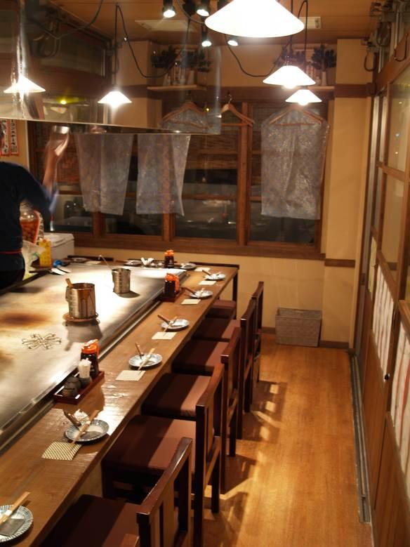 1階カウンター席。この店の特等席です!カウンターの鉄板で焼き立ての料理が熱々で食べられます。カウンター席は8席です。