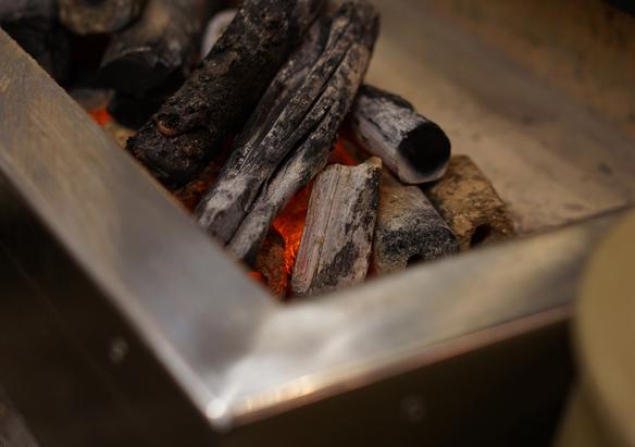 備長炭の火おこし準備中です。 美味しいうなぎは火力調整も重要なんですよ!