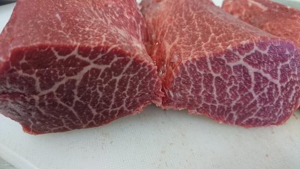 岩手 神崎丑 の とうがらし と言う肩の部位です。一頭から2㎏程しか取れない希少な肉。赤身肉を存分に味わって頂けます。
