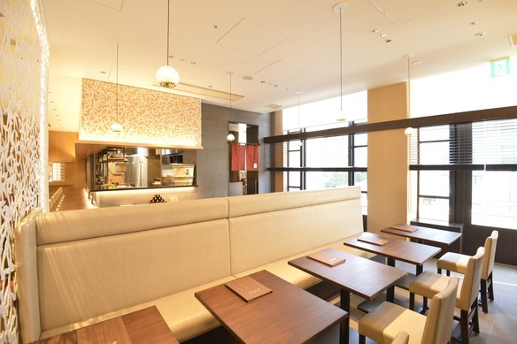 竹薮の白い笹に囲まれた店内は洗練された空間  一面の窓からは赤坂サカスの風景が見渡せます