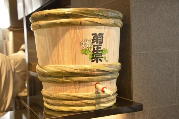 関東地方でも裸樽から直接注がれた樽酒をご提供しているお店は数店舗しかなく、希少価値の高い樽酒です