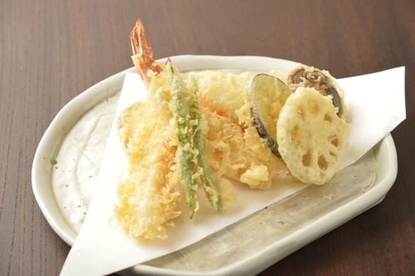 そば職人は天ぷら職人でもあります。 極上淡口ごま油でカラッと揚げた天ちら(天ぷら盛り合わせ) 1,700円(税別)