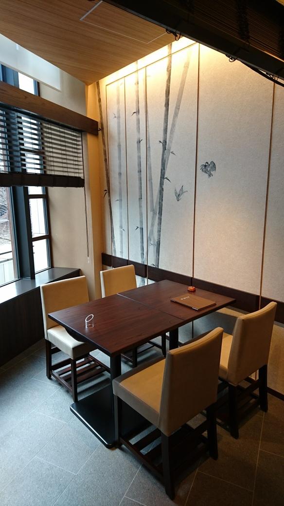 3名様~12名様の半個室は、終日ご予約承ります(6名様以下の場合、お隣り様と木製ブラインドで仕切らせていただきます)