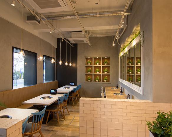 Cafeをイメージした明るく開放的な店内