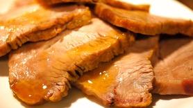 低温調理でじっくりと調理した「ローストポーク」はとろける食感の人気メニュー★